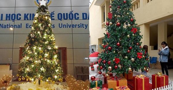 Giáng sinh lung linh, rực rỡ sắc màu như trung tâm thương mại ở những ngôi trường đại học tại Hà Nội