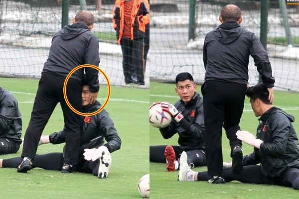 Ngồi dự bị vẫn chăm chỉ luyện tập, thầy Park ra ôm đầu xoa má cưng nựng Bùi Tiến Dũng giữa sân