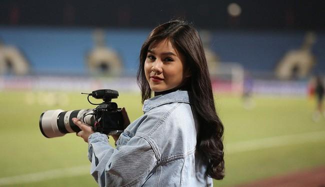 """Phóng viên nước bạn """"đứng hình"""" trước sự xuất hiện của nữ phóng viên xinh đẹp trong buổi tập của Việt Nam và Malaysia"""