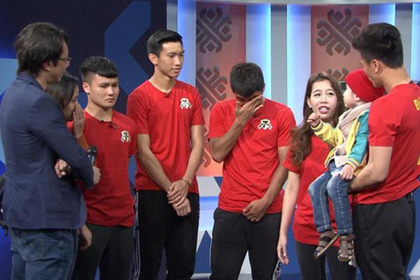 Lạnh lùng trên sân cỏ là thế nhưng các cầu thủ ĐT Việt Nam đã phải bật khóc khi gặp cậu bé ung thư này!