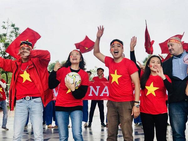 """Trường """"người ta"""" cổ vũ ĐT Việt Nam trong chiến dịch chung kết AFF Cup lượt về """"chất"""" thế này cơ!"""