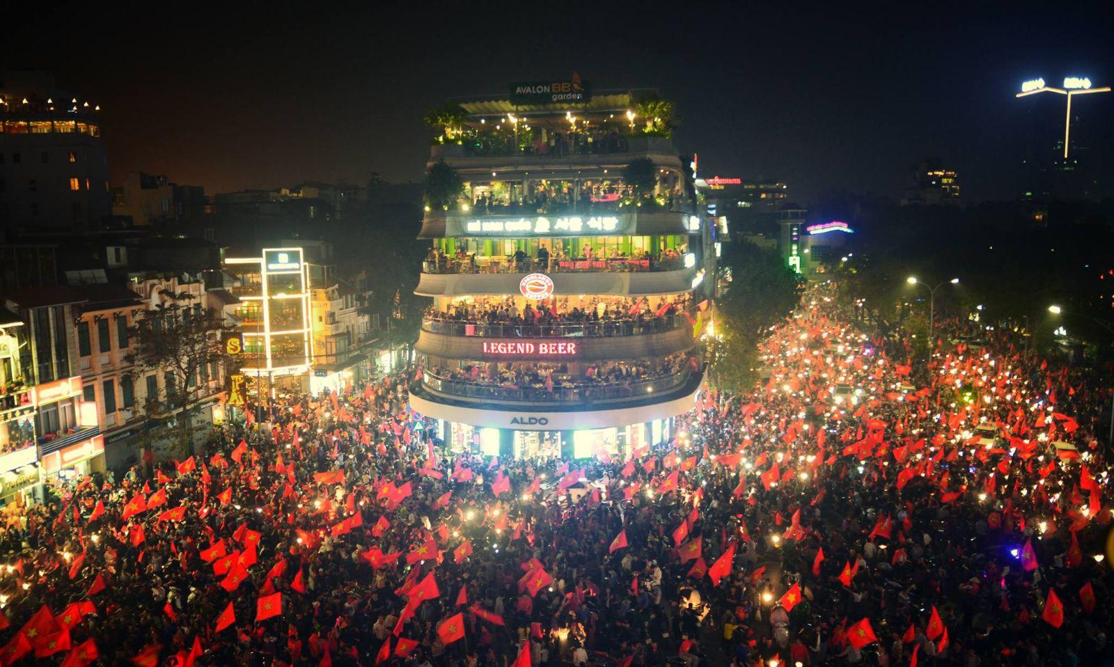 """Không khí """"đi bão"""" vui quên lối về trong chiến thắng của đội tuyển bóng đá Việt Nam trên khắp 3 miền tổ quốc"""