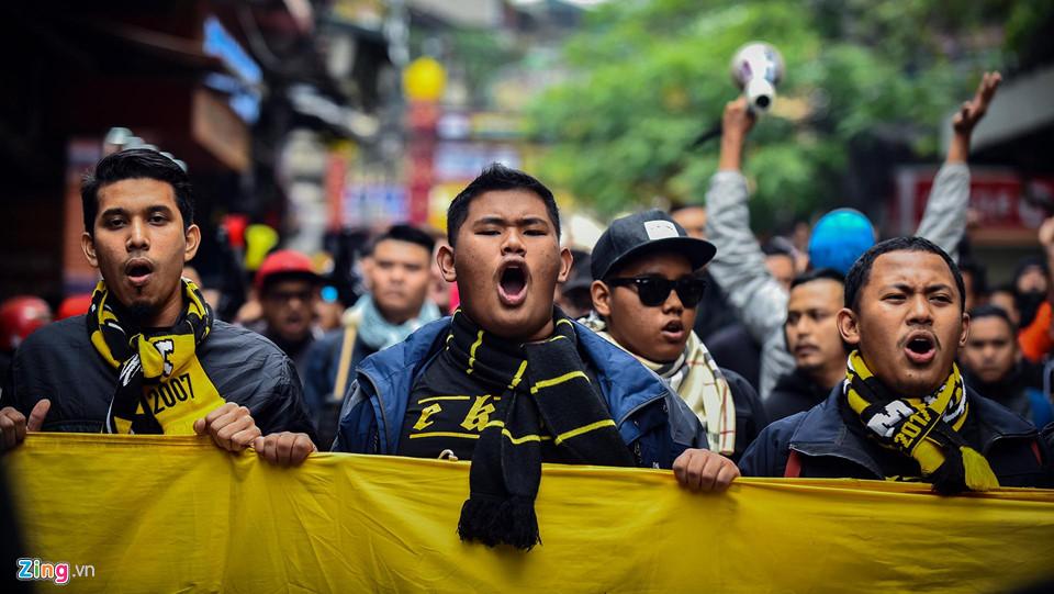 """CĐV Malaysia """"chơi bẩn"""" đốt pháo sáng, gây náo loạn phố đi bộ Hà Nội"""