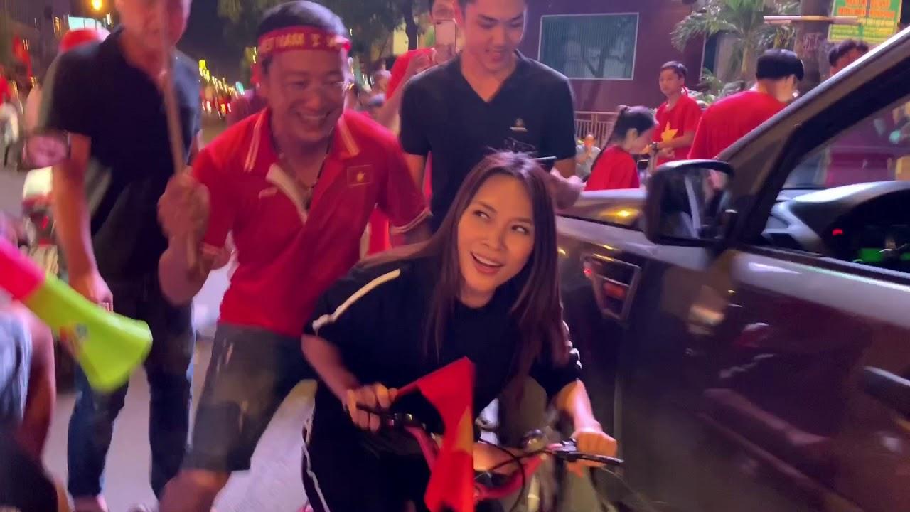 """Mỹ Tâm cực đáng yêu chạy """"siêu xe"""" đi bão ăn mừng đội tuyển Việt Nam vô địch AFF Cup 2018"""