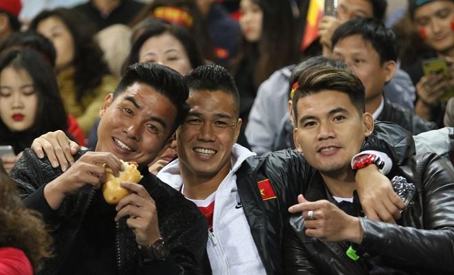 Thế hệ vô địch AFF Cup 2008 trên khán đài sân Mỹ Đình cổ vũ đàn em ĐT Việt Nam