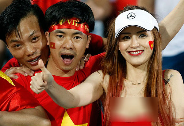 """Nói dối bạn gái về quê nhưng lại dắt """"bồ nhí"""" đi cổ vũ Việt Nam đá chung kết, chàng trai không ngờ bị Camera soi thẳng mặt!"""