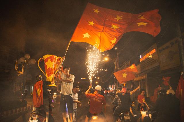 Những lá cờ Tổ quốc nhuộm đỏ cả phố phường.