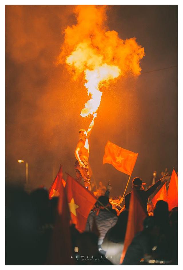 Những quả pháo sáng được những người hâm mộ thắp lên để ăn mừng chiến thắng lịch sử của ĐT Việt Nam.
