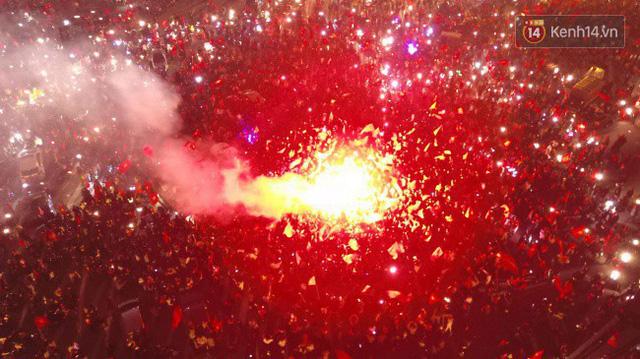 """Chảo lửa Mỹ Đình """"nóng rực"""" khi người hâm mộ được thoả cơn khát vô địch AFF Cup sau 10 năm ròng chờ đợi."""