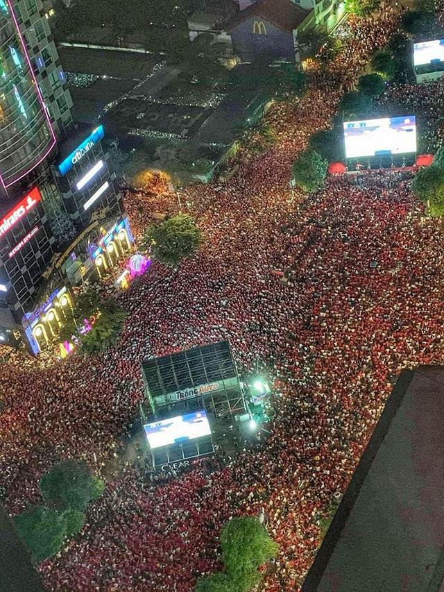 Hàng nghìn CĐV nhuộm đỏ phố đi bộ Nguyễn Huệ (TP HCM).