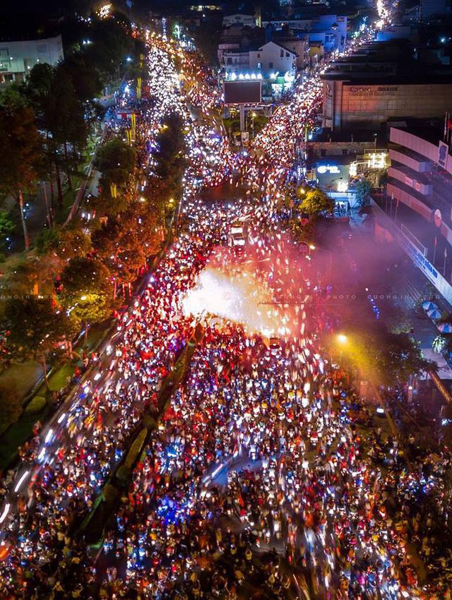 Một góc đường tại TP Biên Hòa, Đồng Nai trong đêm mừng chiến thắng.