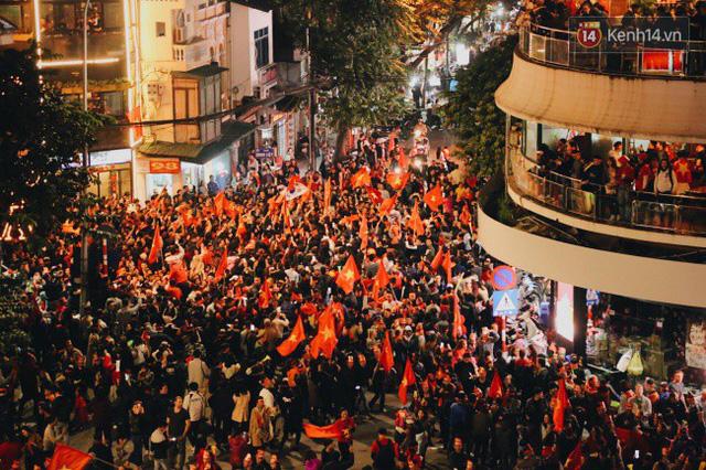 Hàng ngàn người đổ về khu vực quanh hồ Hoàn Kiếm (Hà Nội) để ăn mừng.