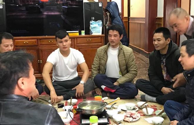 Sau trận chung kết AFF Cup một ngày, Quang Hải giản dị về thăm nhà bên nồi lẩu ấm cúng
