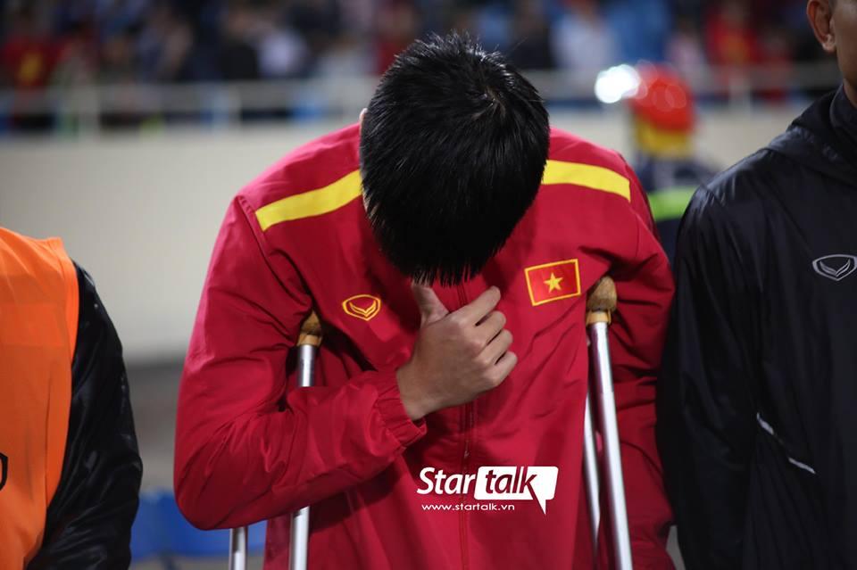 Chấn thương chẳng thể thi đấu, chàng trai ấy chỉ còn biết chống nạng đến cổ vũ rồi lặng lẽ rơi nước mắt khi hát Quốc ca
