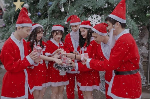 Bộ ảnh kỷ yếu đỏ rực đón Giáng sinh và năm mới 2019 vô cùng ấn tượng của teen Thái Bình