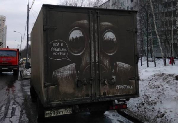 Từ năm 2017, anh chàng họa sĩ người Nga Nikita Golubev bắt đầu những tác phẩm đầu tiên từ những lớp bụi bẩn bám trên ô tô ở đường phố Nga và trở nên nổi tiếng trên mạng xã hội.