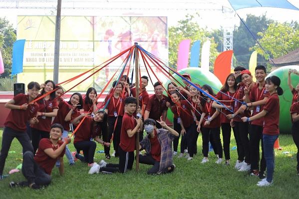 Rộn ràng ngày lễ nhập môn của sinh viên khoa Du lịch và Việt Nam học - ĐH Nguyễn Tất Thành