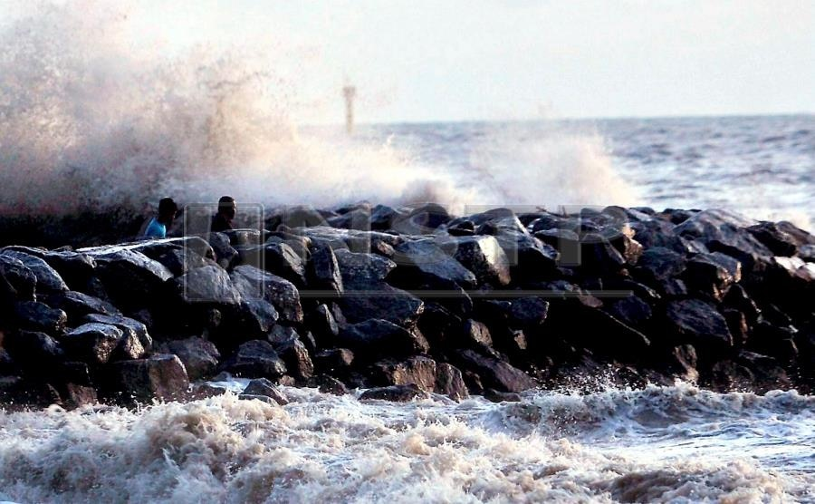 Gây sóng biển cao 7 m, bão Pabuk khiến du khách Thái Lan tháo chạy khỏi các hòn đảo