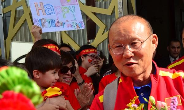 Thầy Park xúc động vì bất ngờ được fan Việt chúc mừng sinh nhật ngay khi đặt chân đến UAE