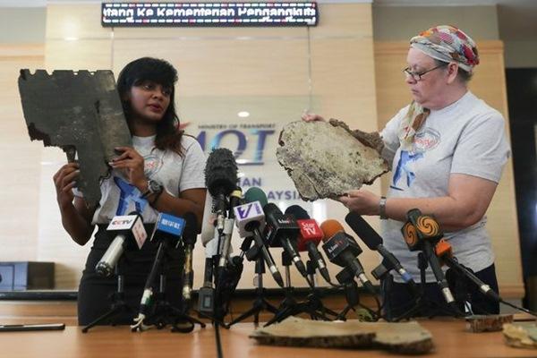 Trao trả và công bố 5 mảnh vỡ máy bay ở bờ biển Madagascar nghi là của MH370