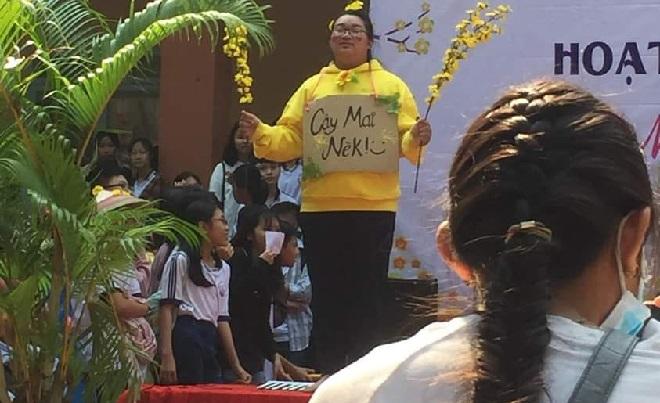 Vào vai cây mai trên sân khấu, nữ sinh được dân mạng tranh nhau đòi mang về trang trí Tết