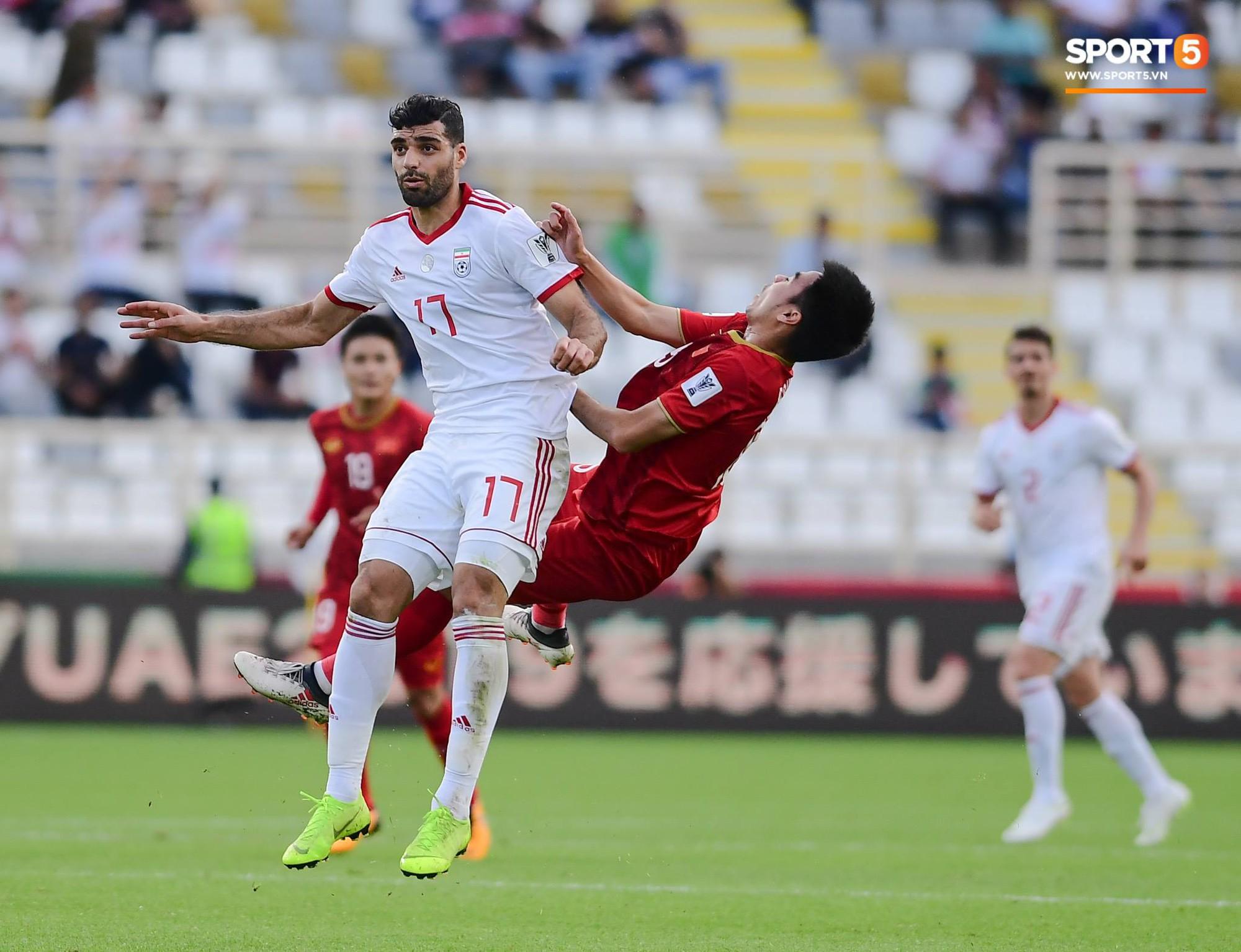 Đức Huy mất trí nhớ tạm thời sau pha va chạm kinh hoàng với cầu thủ Iran