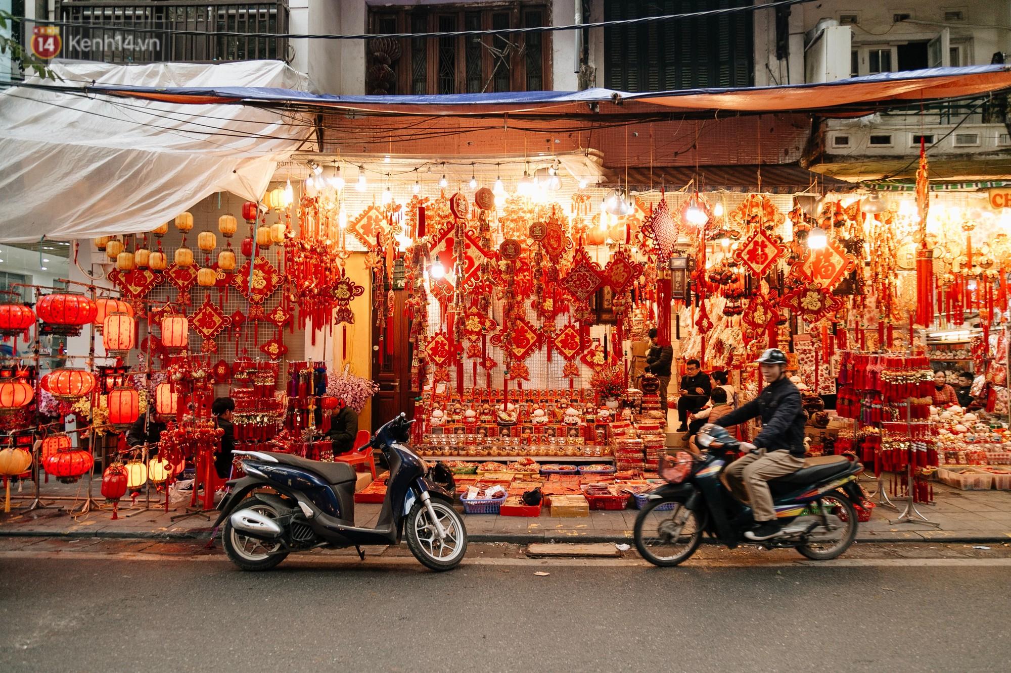 Dịp Tết cũng là lúc phố Hàng Mã khoe sắc đỏ rực màu lễ hội đặc trưng.