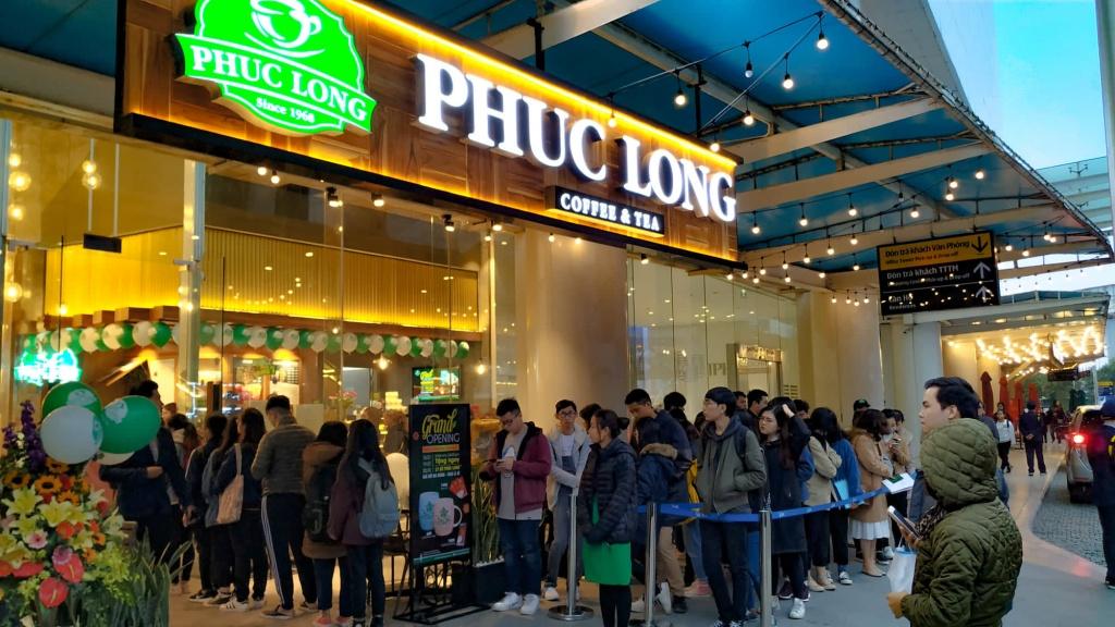Review ngày đầu tiên Phúc Long chính thức ra mắt Hà Nội: Khách xếp hàng chờ 1 tiếng rưỡi mới được cốc trà