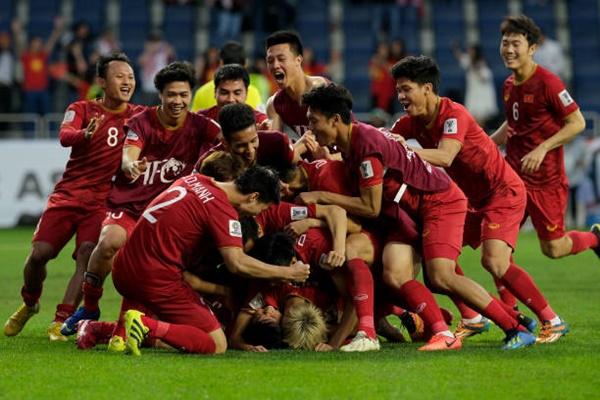 Fan bóng đá quốc tế tưng bừng chúc mừng ĐT Việt Nam lọt vào tứ kết Asian Cup 2019