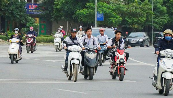 Nhiều học sinh THPT đi xe máy trên 50 phân khối đến trường - Bài toán cần được giải ngay
