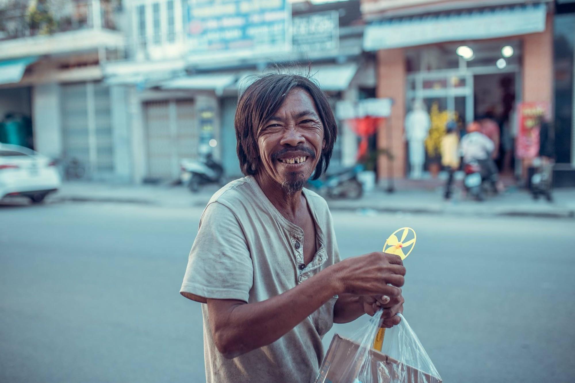 Hình ảnh người đàn ông vô tư với đời khiến nhiều người suy ngẫm: Trên đời đừng có những toan tính sẽ hạnh phúc biết bao!