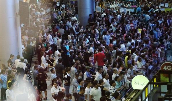 Hàng nghìn người vật vờ lúc nửa đêm ở sân bay Tân Sơn Nhất đón Việt kiều về quê ăn Tết