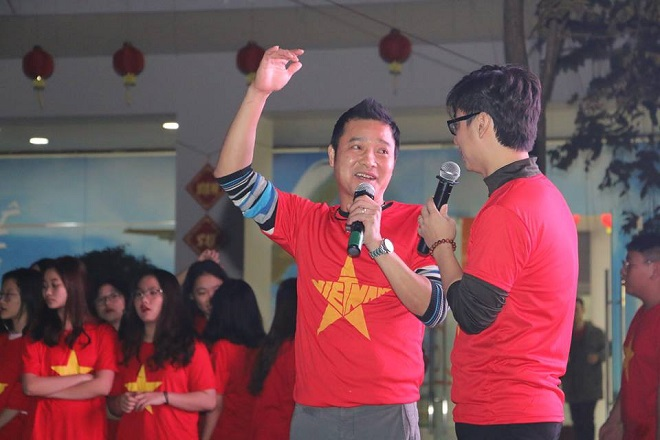 Cả trường tập trung xem bóng đá thì ngỡ ngàng phát hiện phụ huynh là cựu danh thủ ĐT Việt Nam lừng lẫy một thời