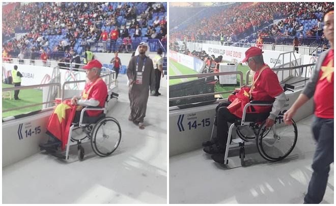 Xúc động hình ảnh ông cụ tóc bạc ngồi xe lăn cổ vũ ĐT Việt Nam ngay trên sân vận động ở Dubai