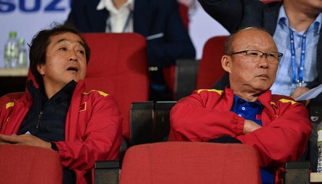 Thầy Park và trợ lý Lee đến sân xem đội bóng quê hương đá tứ kết Asian Cup nhưng đón nhận nỗi buồn