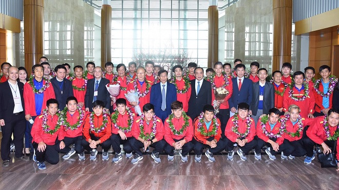 ĐT Việt Nam trở về từ Asian Cup 2019 như những người hùng trong vòng tay người hâm mộ và gia đình