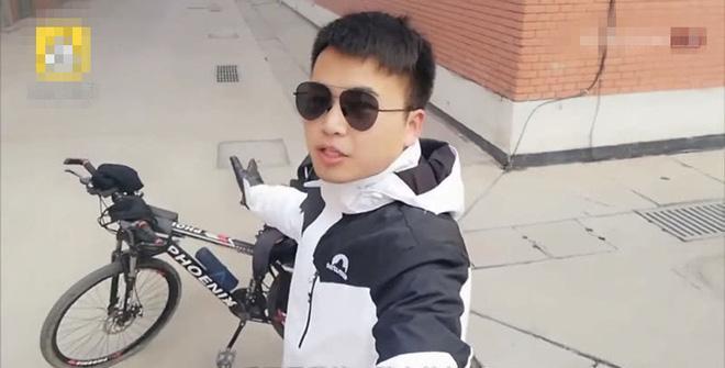 """Họp lớp không ai đi, anh chàng lớp trưởng """"quốc dân"""" liền đạp xe 1.500 km tới nhà từng người"""