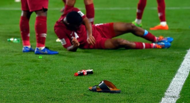 Cướp hết vé của Qatar nhưng thua nhục nhã, CĐV chủ nhà UAE ném chai lọ và giày dép đầy sân