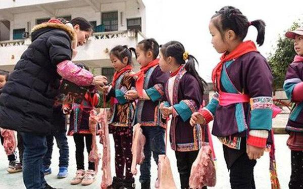 Nhân dịp năm mới, trường học tặng cho học sinh xuất sắc thịt cá tươi mang về ăn Tết cùng gia đình