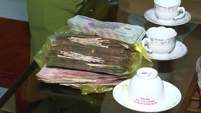 Cặp vợ chồng chạy xe máy đánh rơi 120 triệu đồng vào mùng 1 Tết và cái kết bất ngờ