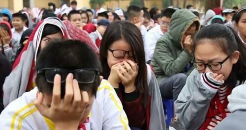 Góc hài hước: Học sinh mừng rơi nước mắt khi trở lại trường học thân yêu với thầy cô?