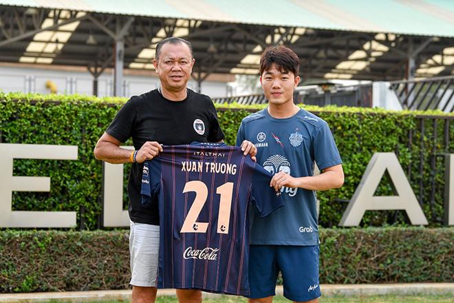 """Trường """"híp"""" khoe số áo mới ở Buriram United, fan đua nhau khen nhưng không quên... """"đòi nợ"""""""