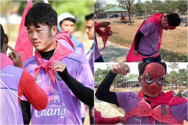 """Vừa nhận áo đấu, Xuân Trường khiến fans """"ngã ngửa"""" khi mặc bikini màu hồng, chạy """"lông nhông"""" khắp đường phố Thái Lan"""
