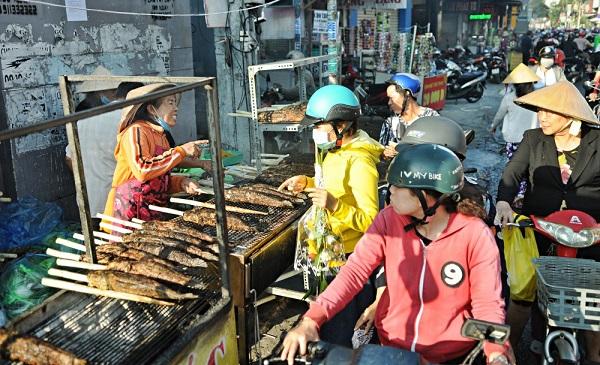"""Huy động cả họ nướng cá lóc bán hàng ngàn con trong ngày """"vía Thần tài"""" ở Sài Gòn"""