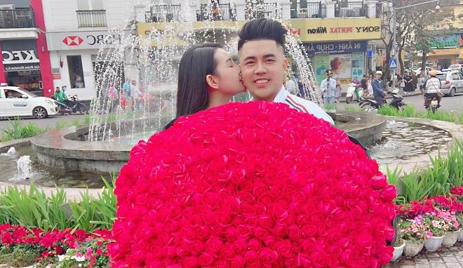 """Valentine tỏ tình thành công, anh chàng còn """"hồi sinh"""" ca khúc """"999 đóa hồng"""" khi tặng bạn gái số lượng bông hồng như tên bài hát"""