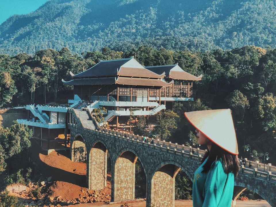 """""""Lạc trôi"""" vào khu du lịch tâm linh Tây Yên Tử, ngỡ như đang trong một thước phim Trung Hoa nào đó"""