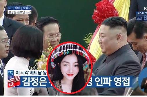 Chân dung cô gái Việt gây chú ý nhất hôm nay khi được tặng hoa cho Chủ tịch Triều Tiên Kim Jong Un ở ga Đồng Đăng