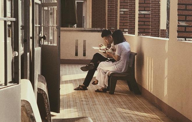 """Chụp lén cặp đôi cùng nhau ăn sáng ở hành lang trường, khi đăng lên mạng bạn nam """"vui lắm luôn""""!"""
