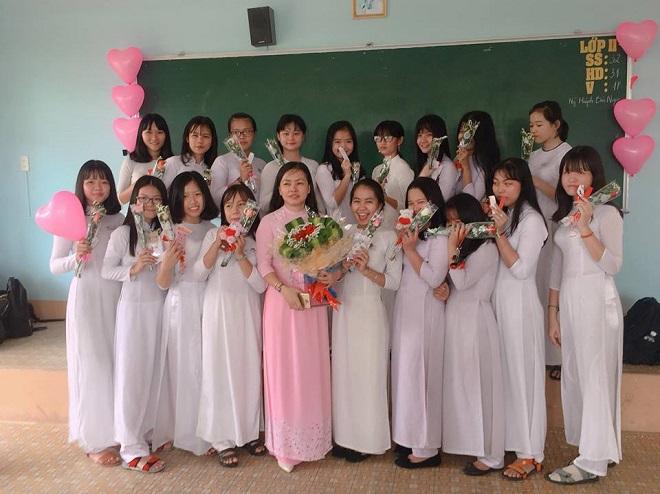 """Chưa tới ngày 8/3 mà nam sinh trường """"người ta"""" đã chuẩn bị quà tặng cô giáo và các bạn nữ """"chất"""" đến thế này"""