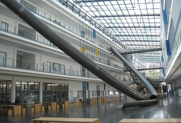 Tưởng chỉ có trên sách vở, hóa ra Parabol còn được ứng dụng làm cầu thang ở trường học giúp sinh viên di chuyển dễ dàng